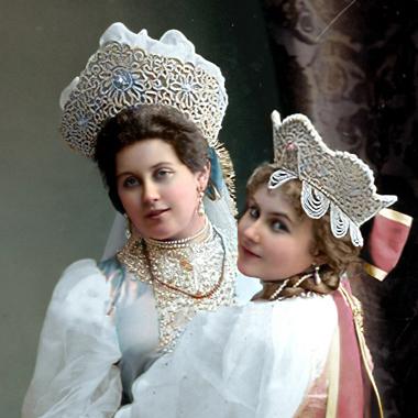 Фрейлина императрицы Александры Федоровны Анна Александровна Танеева (слева) с сестрой Александрой Александровной Танеевой
